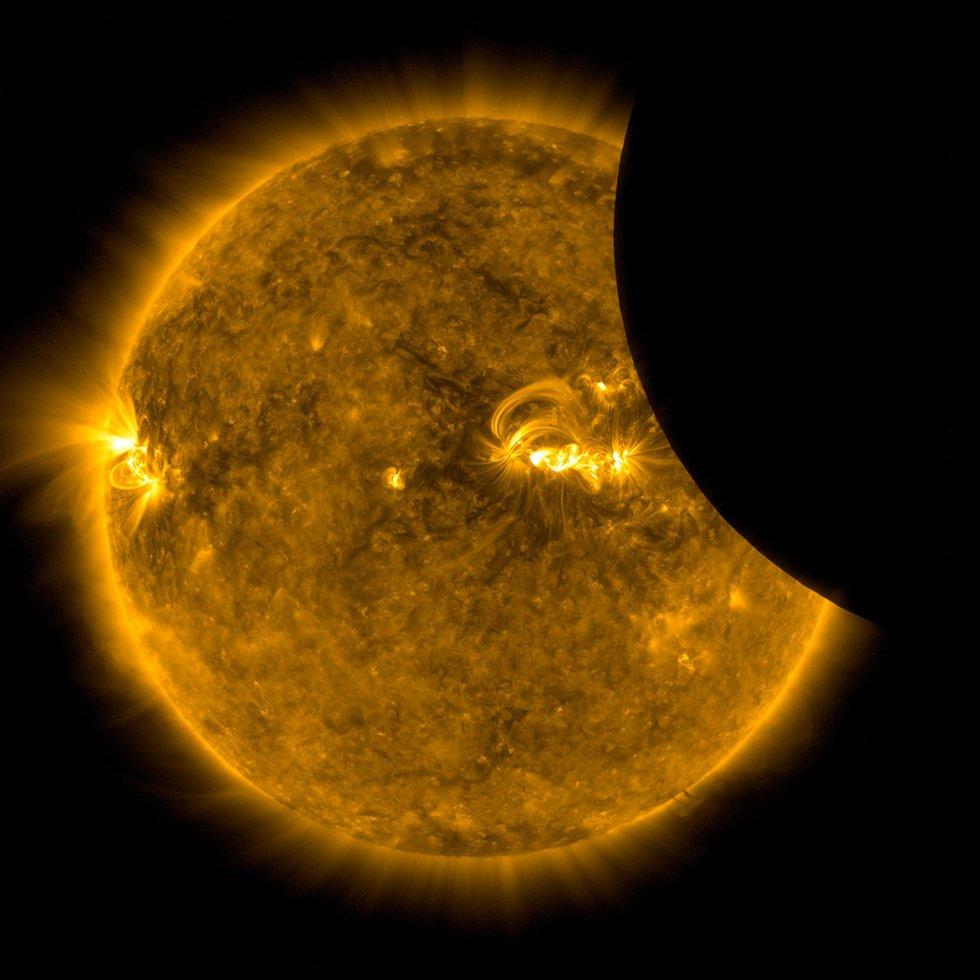 Estados Unidos se paralizó para contemplar el primer eclipse solar total en 99 años que recorrió el país de costa a costa en agosto de 2017. Esta fotografía fue tomada por el telescopio espacial 'Solar Dynamics Observatory' de la NASA.