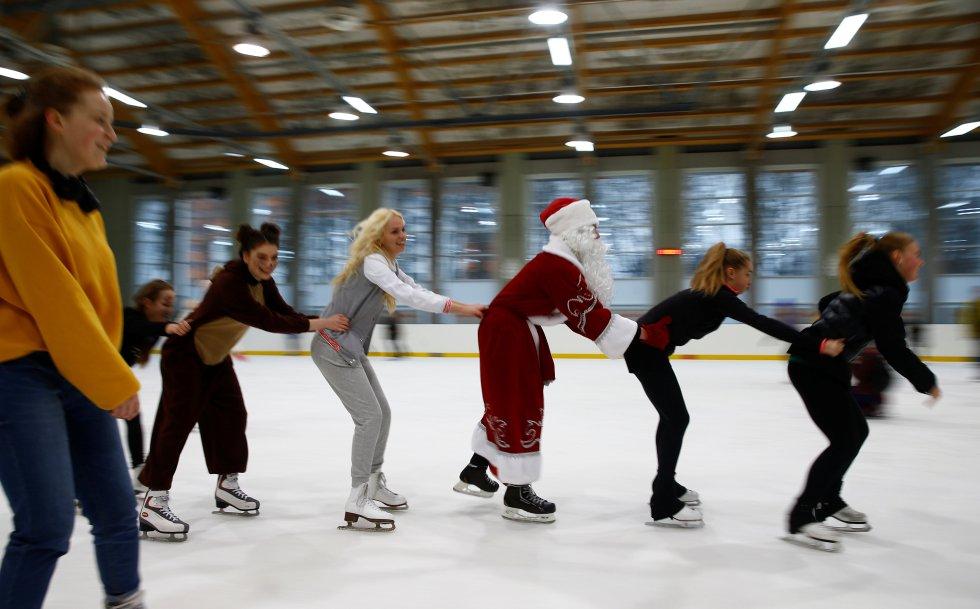 Un hombre vestido como Father Frost, el equivalente a Santa Claus, patinando en Minsk, Bielorrusia.
