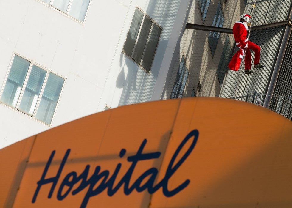 Papá Noel llega al Hospital Maternoinfantil de la Vall d´Hebron, Barcelona.