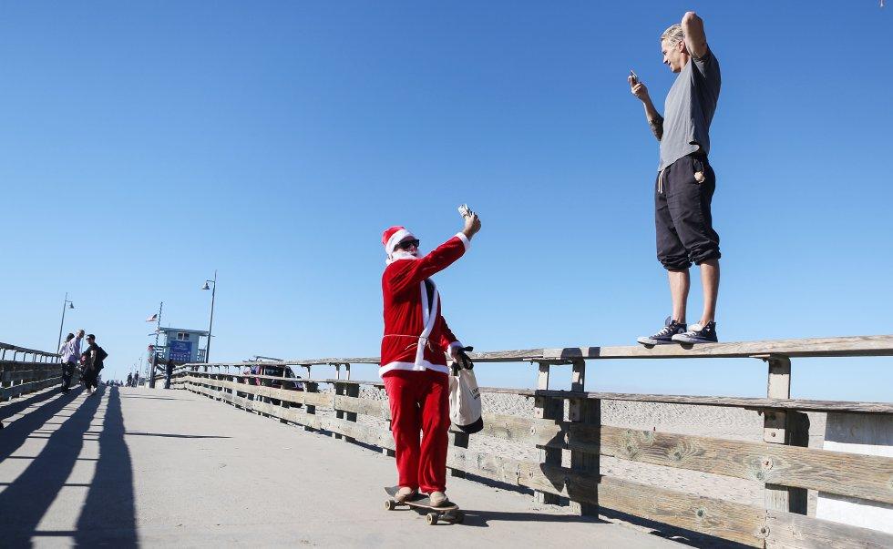 Papá Noel también sabe hacer skate, esta vez se ha ido a la playa Venice, en California, Estados Unidos.
