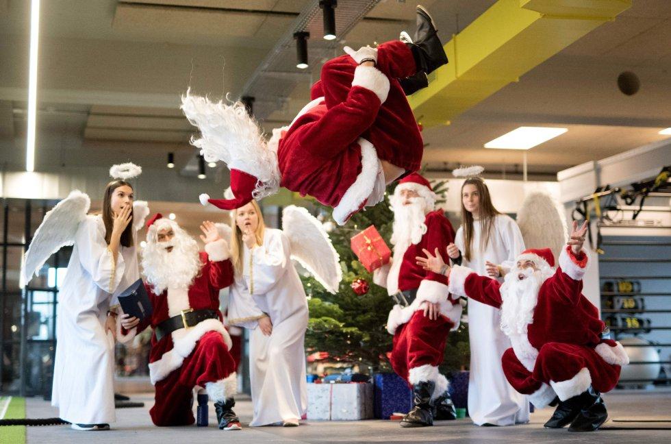 Durante el evento de caridad para niños socialmente desfavorecidos en el gimnasio Meridcen Fitnesscenter, en Hamburgo,al norte de Alemania, Papá Noel les dedicó unos saltos al aire.