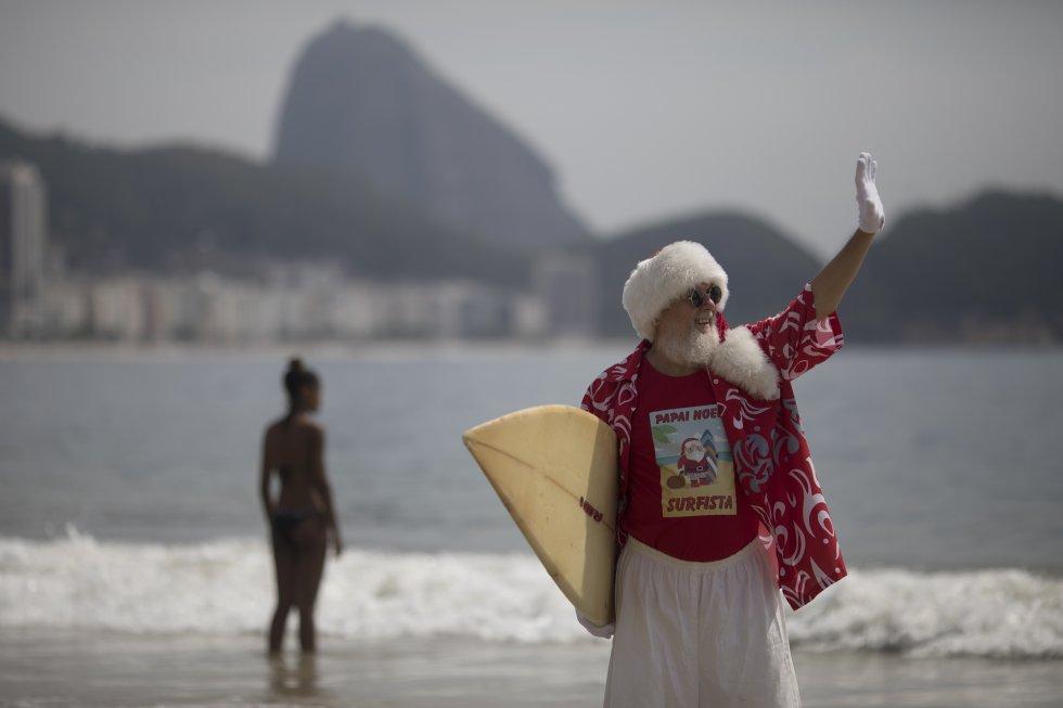 En la playa de Copacabana, en Río de Janeiro, Brasil, Papá Noel ha surfeado algunas olas.