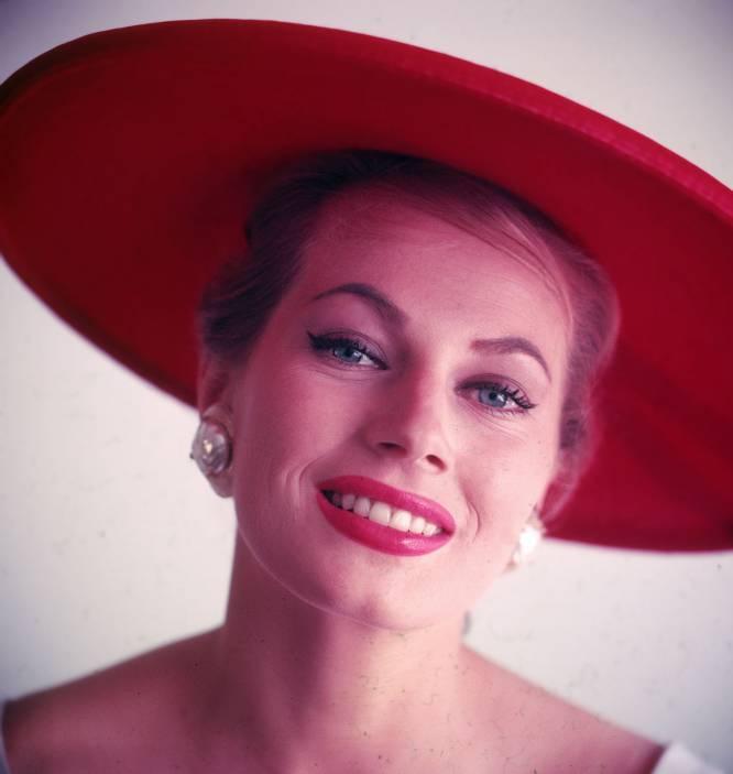Foi Miss Suécia em 1951 e encantou o mundo em 1960 com sua presença em cenas icônicas de 'La Dolce Vita', o clássico de Federico Fellini. Bob Dylan falou dela como o perfeito antídoto contra os problemas do mundo em sua canção 'I Shall Be Free'. No entanto, o segundo ato da vida da modelo e atriz sueca Anita Ekberg (Malmö, Suécia, 1931 – Roma, 2015) foi uma calamidade, especialmente se o compararmos com o êxtase de sucesso e 'glamour' que foram seus primeiros anos. Depois de sua prematura retirada do cinema e das passarelas no final dos anos 1960, sumiu do mapa e só se voltou a falar dela em 2011, quando sua residência foi assaltada por ladrões e ela sofreu graves queimaduras por todo o corpo. A imprensa publicou por então que vivia sozinha havia anos, em uma cadeira de rodas, em uma mansão caindo aos pedaços de onde os bancos estavam prestes a despejá-la e sem bens nem contas bancárias em seu nome. Morreu quatro anos depois, aos 83 anos. Na imagem, Anita Ekberg em 1955.