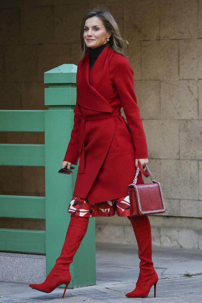 Uno de los últimos estilismos que ha lucido doña Letizia es un claro ejemplo de que la Reina, o en su defecto Eva Fernández (encargada de su armario), está al tanto de las tendencias. El pasado 21 de diciembre acudió a la reunión anual de la Asociación Española contra el Cáncer, de la que es presidenta honorífica, ataviada con unas modernas botas mosqueteras de color rojo, a conjunto con el abrigo y el bolso.
