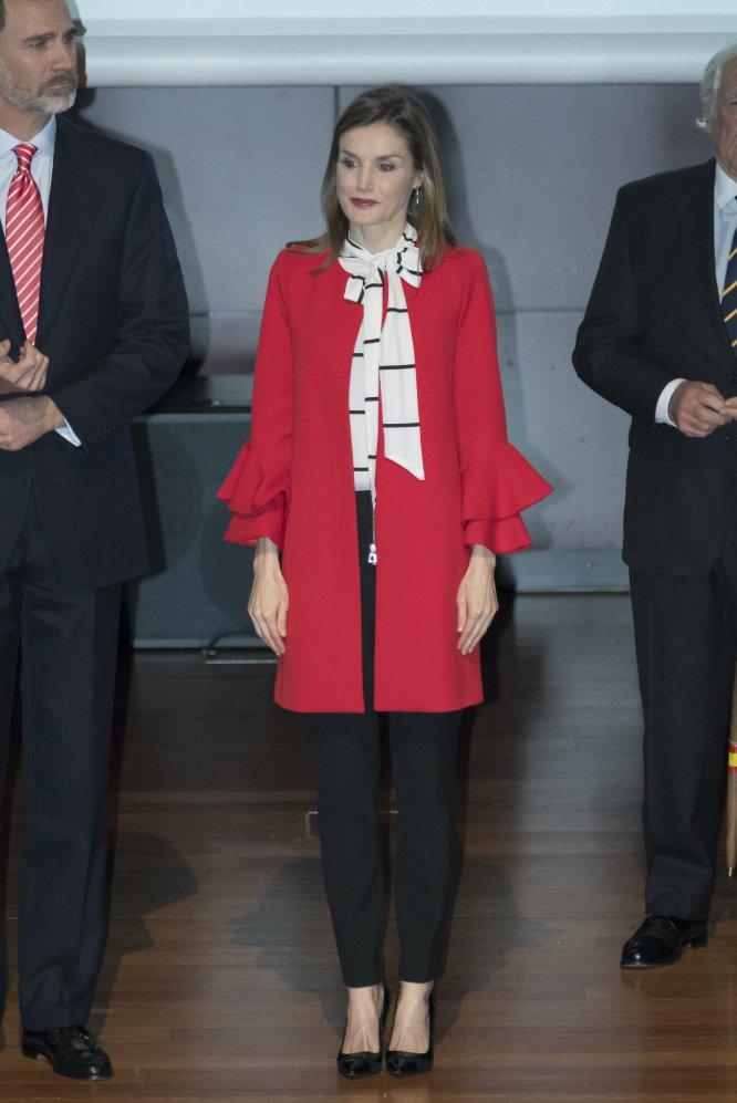 Que la reina Letizia se ha convertido en una prescriptora de tendencias quedó claro el pasado mes de marzo. Doña Letizia acudió a la entrega de las acreditaciones de la 7ª edición de Embajadores Honorarios de la Marca España con un abrigo de Zara valorado en 79,95 euros y una blusa de Roberto Verino de 190 euros que se agotó en la página web de la firma.