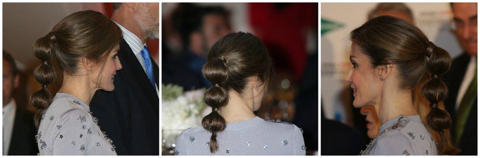 La reina Letizia no solo ha arriesgado con sus elecciones estilísticas, también lo ha hecho con sus peinados. El que más sorprendió fue el recogido 'bubble ponytail' (o coleta de burbujas) con la que apareció a finales de mayo a la celebración del 60º aniversario de la agencia de noticias 'Europa Press'.
