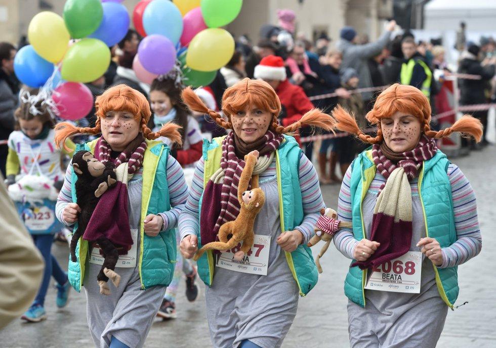 Participantes disfrazados durante una carrera para despedir el año en Cracovia (Polonia).