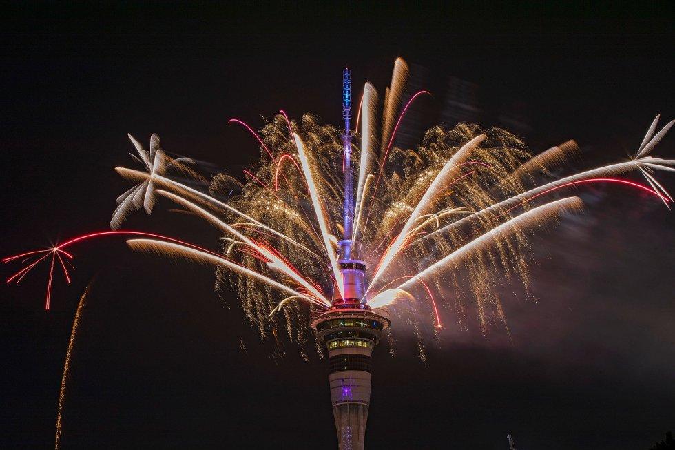 Más de 5 minutos de fuegos artificiales sobre la torre de comunicaciones Sky Tower han dado la bienvenida al Año Nuevo en Auckland (Nueva Zelanda).rn