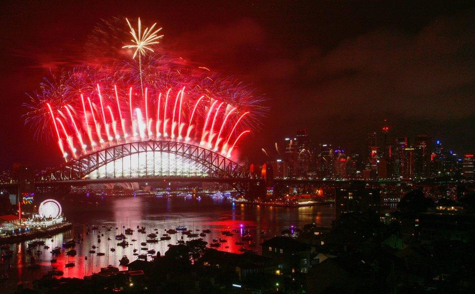 Fuegos artificiales iluminan la ciudad australiana de Sídney para celebrar el Año Nuevo.