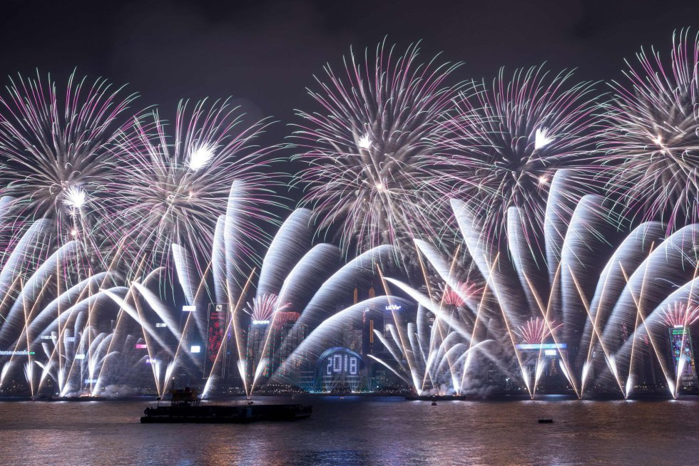Vista de los fuegos artificiales durante la bahía de Victoria en Hong Kong.