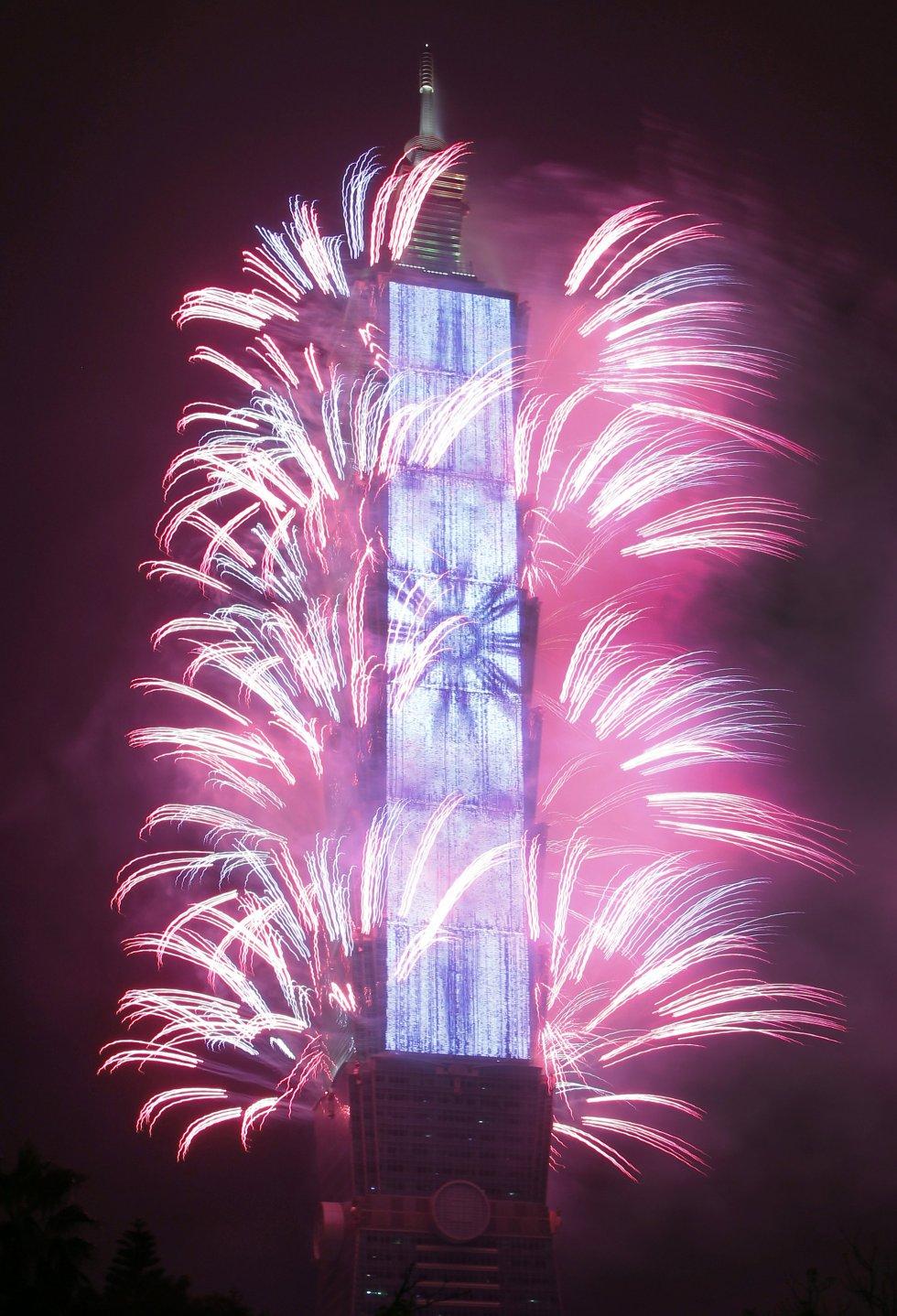 Fuegos artificiales salen de la torre Taipei 101 durante las celebraciones del Año Nuevo en Taipe (Taiwán).