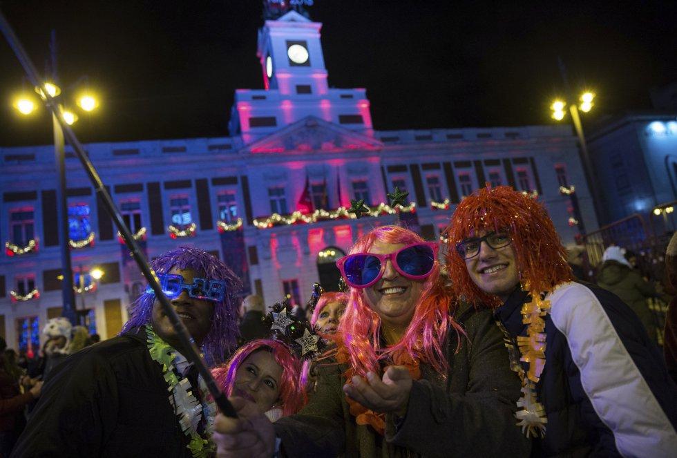 Miles de personas celebran el año la nochevieja en la Puerta del Sol. EFE Rodrigo Jimenez