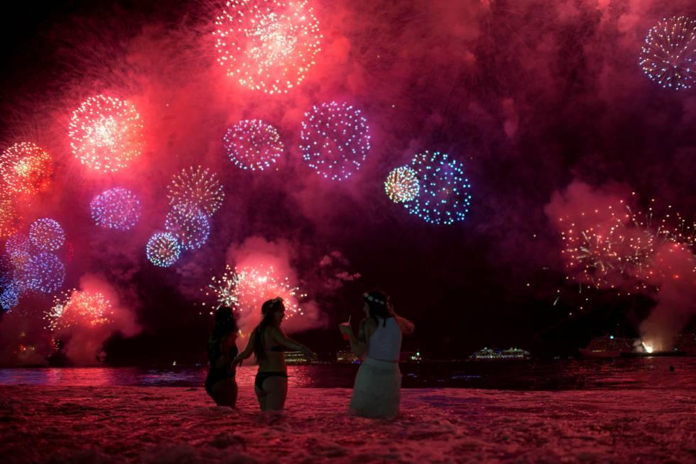 Tres jóvenes en la playa de Copacabana (Río de Janeiro), durante las celebraciones.