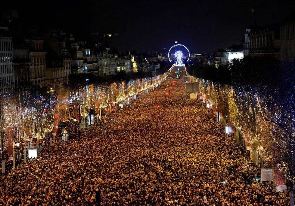 Los Campos Elíseos de París, llenos de gente.