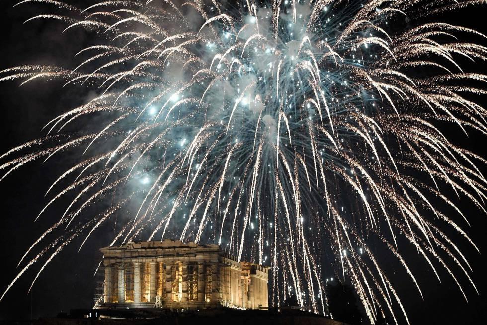 Fuegos artificiales sobre el Acrópolis de Atenas (Grecia) durante la celebración del Año Nuevo.