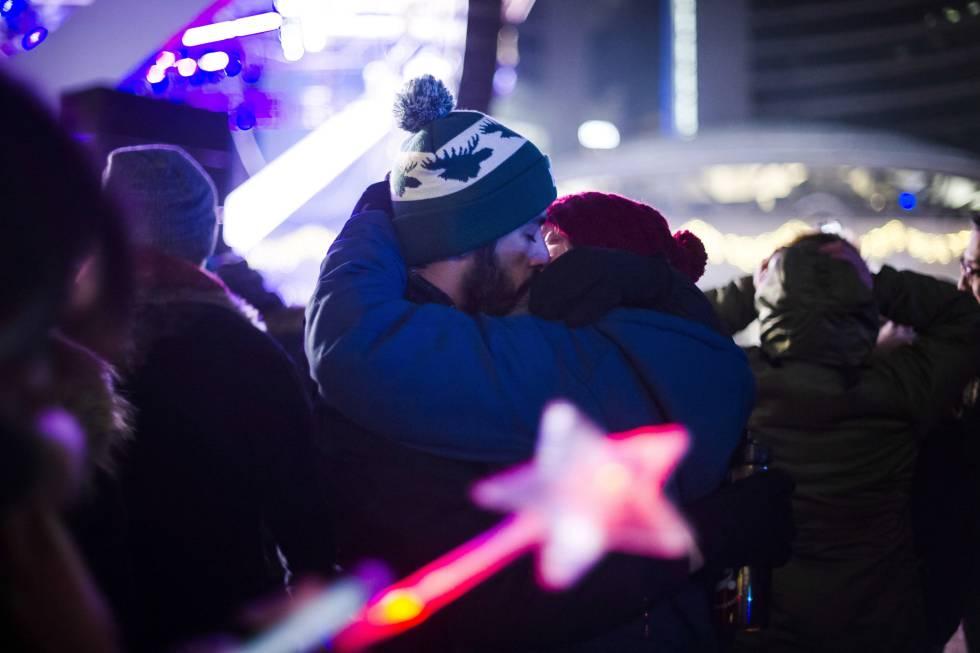 Una pareja se besa durante la celebración del Año Nuevo en Toronto (Canadá).