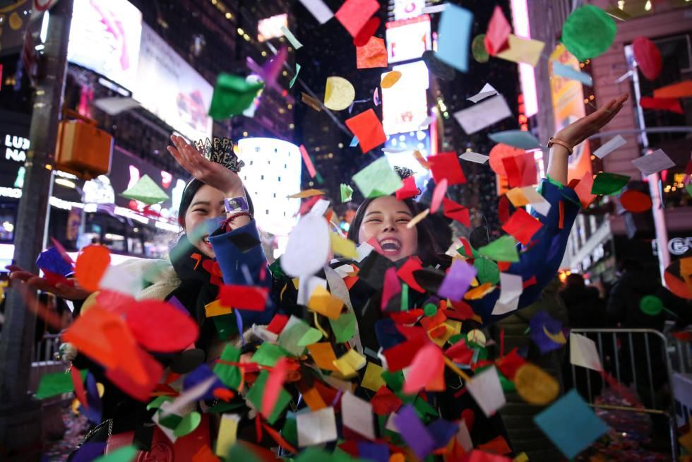 Dos mujeres celebran la llegada del Año Nuevo en la ciudad de Nueva York (EE UU).