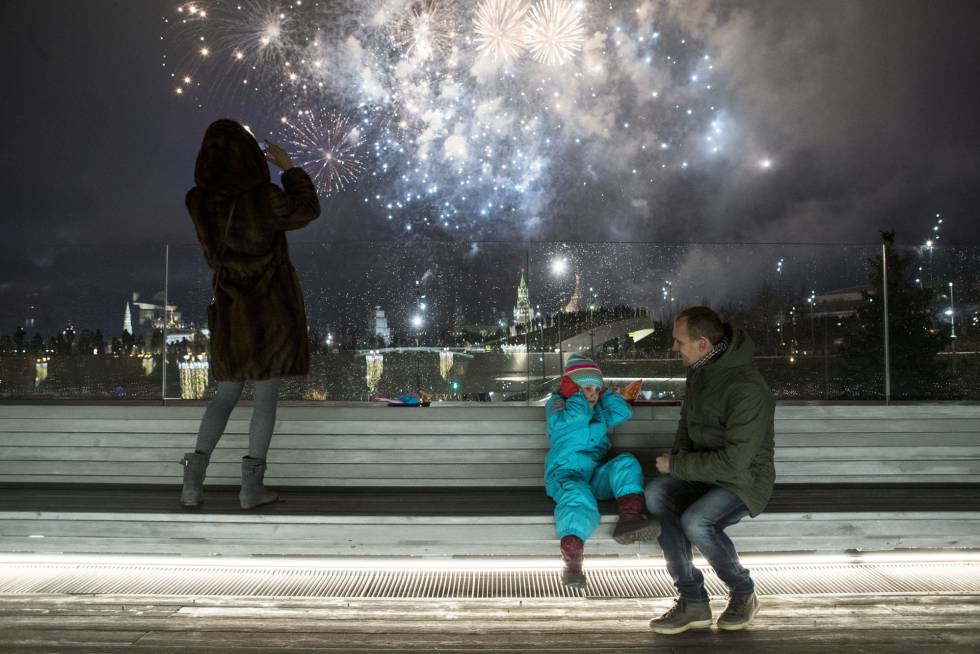 Un niño se tapa los oídos durante los fuegos artificiales durante la celebración del Año Nuevo en la ciudad de Moscú (Rusia).