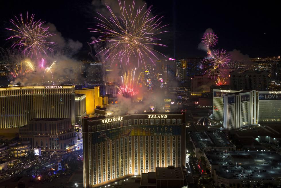 Fuegos artificiales durante la celebración del Año Nuevo en Las Vegas.