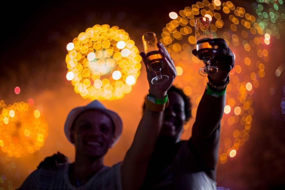 Celebración del Año Nuevo en la playa de Copacabana en Rio de Janeiro (Brasil).
