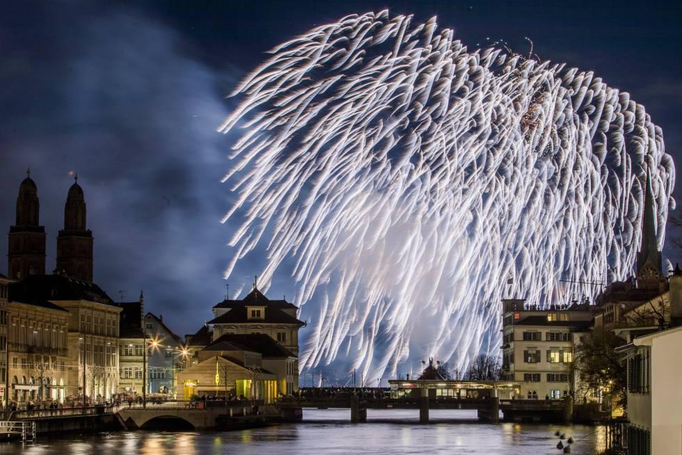 Fuegos artificiales sobre la ciudad de Zúrich (Suiza).