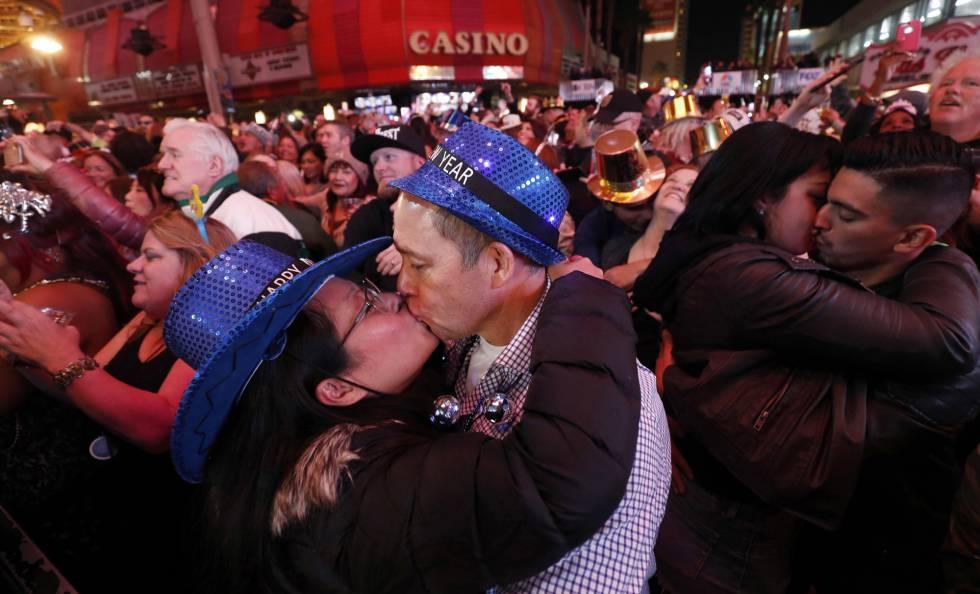 Varias parejas se besan durante la celebración de Año Nuevo en Las Vegas (EE UU).