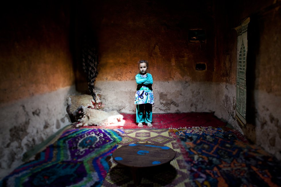 Las mujeres y niñas de zonas rurales aisladas, como el alto Atlas marroquí, son uno de los colectivos de la sociedad más vulnerables. Suponen el 41,6% de la población del país, según un informe de UN Women, es decir, unos 16,4 millones. rnAisha, de cuatro años, aún no está escolarizada a pesar de que en su aldea acaban de abrir un centro de educación primaria. Sus padres no quieren que vaya porque lo consideran una pérdida de tiempo. Su madre la quiere en casa para que la ayude en las tareas domésticas.