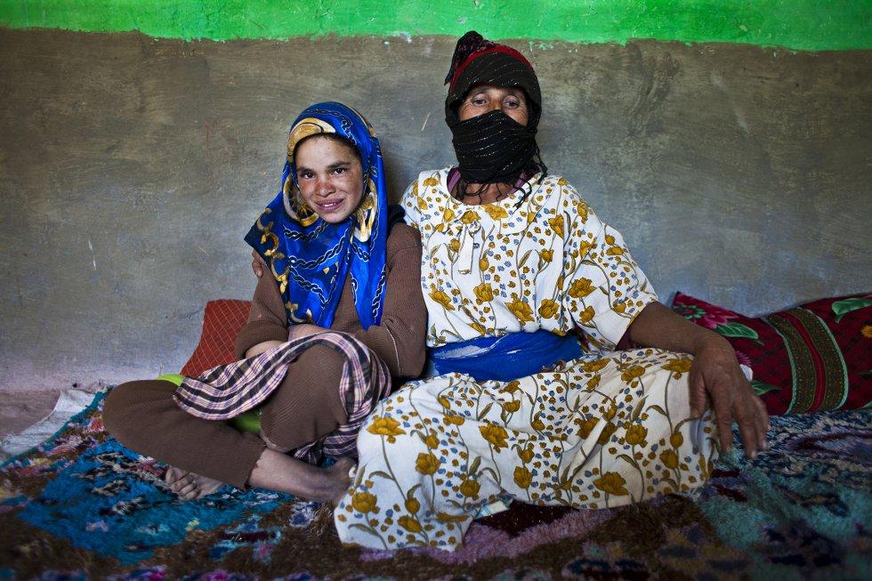 Fátima posa con su abuela paterna en el salón de su casa, en la aldea de AkkaNouarin. Ella nunca ha salido de su pueblo y, seguramente, la tendrán que casar pronto porque sus abuelos se ven muy mayores y creenque no podrán seguir cuidándola. Fátima no quiere oír ni hablar del matrimonio.