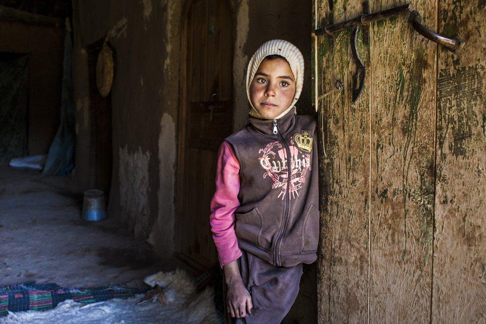En 2004, el Código de Familia marroquí prohibió el matrimonio de menores de 18 años, sin embargo las cifras de los últimos años arrojan un aumento. Según el Ministerio de Justicia de Marruecos antes de la prohibición, en 2004 fueron casadas 18.341 menores y, sin embargo, en 2013 el número llegó a 35.000.     Hanane, una niña de ocho años en el umbral de su casa, en la aldea de Akka Nouanin. Hace unos meses empezó a asistir a la escuela primaria que acaban de abrir en la aldea. Es muy posible que no pueda ir durante mucho tiempo: su madre dice que la familia es muy pobre y necesita a la menor para ayudarla en las tareas domésticas y con los animales. Su aldea se queda aislada por la nieve durante algunos meses en invierno.