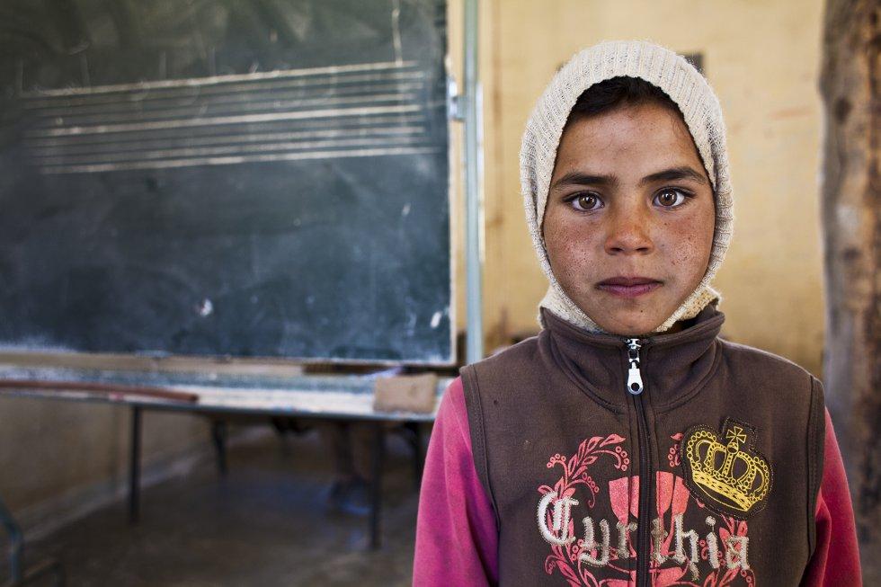 Hanane, de ocho años, en la escuela de educación primaria recién abierta en Akka Nouanin. Hace pocas semanas que ha empezado a ir a clase y para ella es todavía una novedad, casi  un juego.