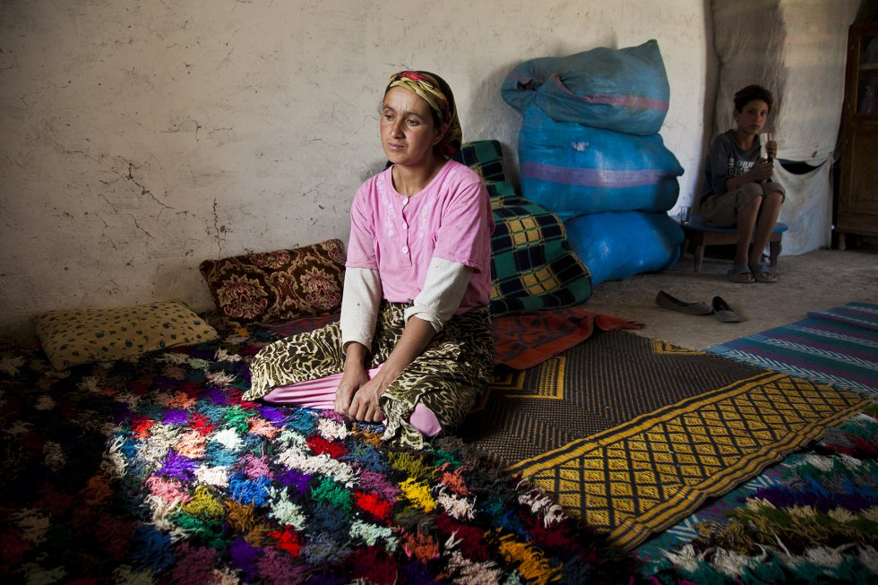 Fadma, en el salón de su casa. Aparenta unos 30 años, pero no sabe cuántos tiene. Nunca fue al colegio y la casaron siendo casi una niña. Trabaja muy duro en la casa y en el campo, pero apenas gana para alimentar a sus cinco hijos.