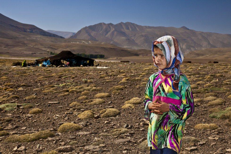 Nejma tiene seis años y tampoco va a la escuela. Es hija de una familia de pastores, por lo que vive unos meses en la zona más alta del Atlas marroquí y, otros, en los valles más bajos. Sus padres no tienen dinero para pagarle un internado en el pueblo más próximo, Imilchil. rn Contrasta comprobar con qué rapidez  han llegado hasta los enclaves remotos del alto Atlas ya las nuevas tecnologías. Sin embargo, la educación y el desarrollo para las niñas y mujeres va a paso de tortuga.