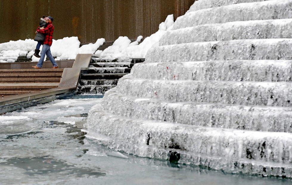 A onda de frio polar que está atingindo os Estados Unidos e que se prevê que se intensifique deixou até o momento ao menos 19 mortos nos Estados afetados, além de milhares de voos cancelados ou adiados. Na imagem, uma fonte congelada no centro de Atlanta, Georgia (Estados Unidos), na quarta-feira.