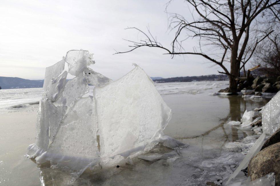 Alertas por causa das tempestades de neve foram emitidos nos Estados da Virgínia, Massachusetts e Maine. Advertiu-se que em alguns pontos do país fará mais frio do que no planeta Marte. Na imagem, um pedaço de gelo na orla do rio Hudson em Beacon, Nova York (EUA).