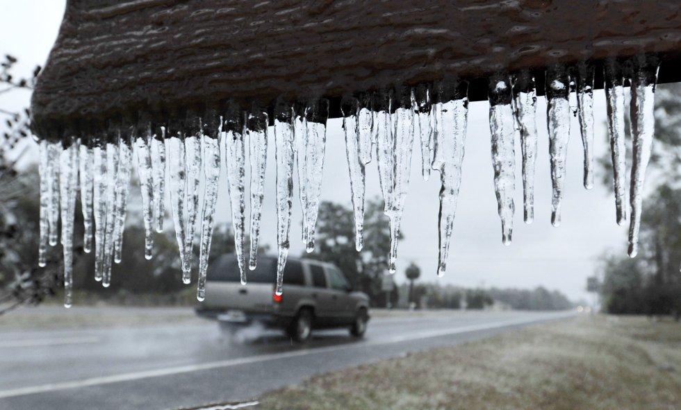 As autoridades estão pedindo precaução à população, como evitar, na medida do possível, os deslocamentos. Na imagem, colunas de gelo no letreiro de boas-vindas do povoado Hilliard, Flórida (EUA).