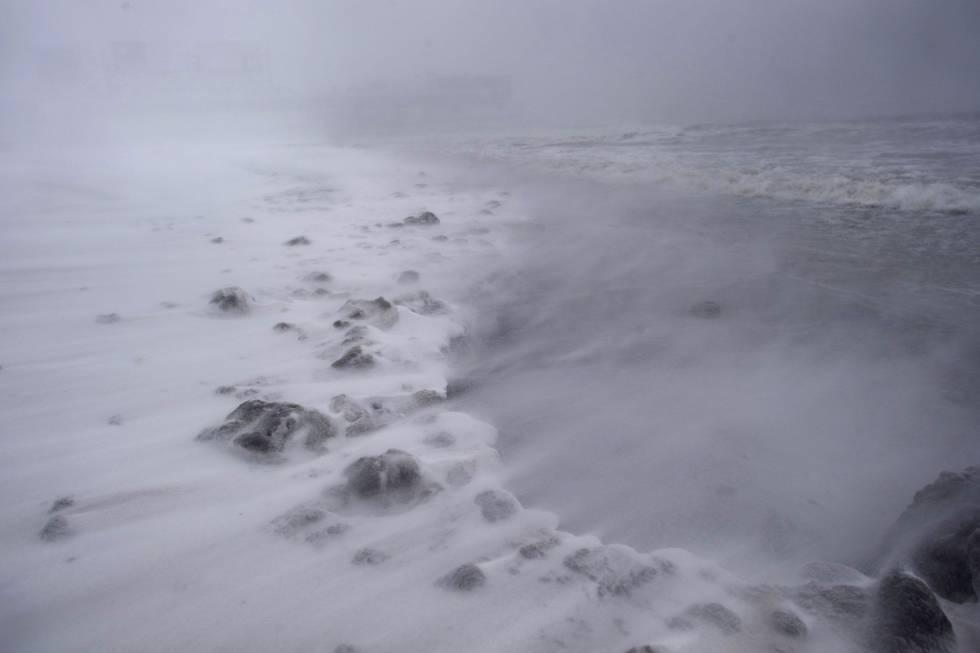 O vento levanta a neve em Atlantic City, em 4 de janeiro de 2018.