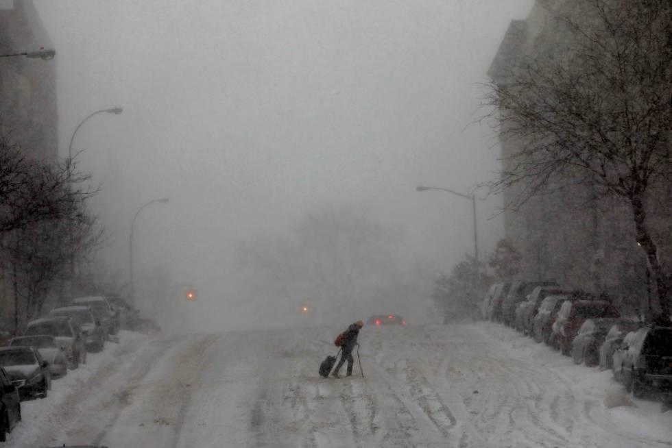 Mulher caminha em Manhattan, Nova York, nesta quinta-feira.