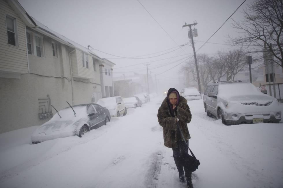 Uma mulher caminha por uma rua em Atlantic City. Pelo menos 19 pessoas morreram por causas relacionadas com as baixas temperaturas nos EUA desde 26 de dezembro.