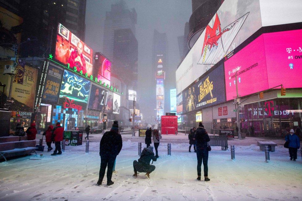 Times Square durante a tormenta em Nova York (EUA). Washington e Nova York poderão registrar nesta sexta-feira mínimas históricas de temperatura. Em Nova York, as autoridades fecharam o aeroporto JFK. Nas duas cidades, a sensação térmica com os fortes ventos pode chegar a menos de 20 graus negativos.