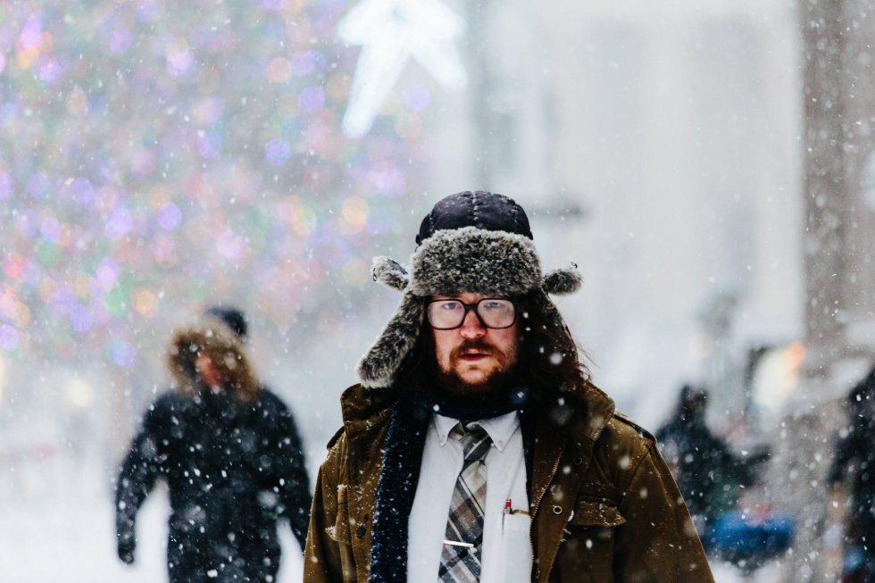 Pedestres caminham em Nova York (EUA). O efeito do furacão de inverno na Nova Inglaterra dependerá, segundo as previsões da direção que tomar nas próximas horas, se adentra mais para o oeste ou se se distancia progressivamente com seus ventos na direção do oceano Atlântico. A confluência na sexta-feira e no sábado de um vórtice de frio polar ártico que baixará do norte contribuirá para a derrubada radical das temperaturas, com possíveis recordes mínimos em cidades do nordeste, como Baltimore, Nova York, Filadélfia e Washington.