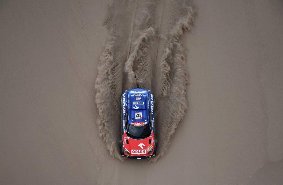 Jakub Przygonski y Tom Colsoul, de Mini, durante la segunda etapa del Rally Dakar en Pisco (Perú), el 7 de enero.