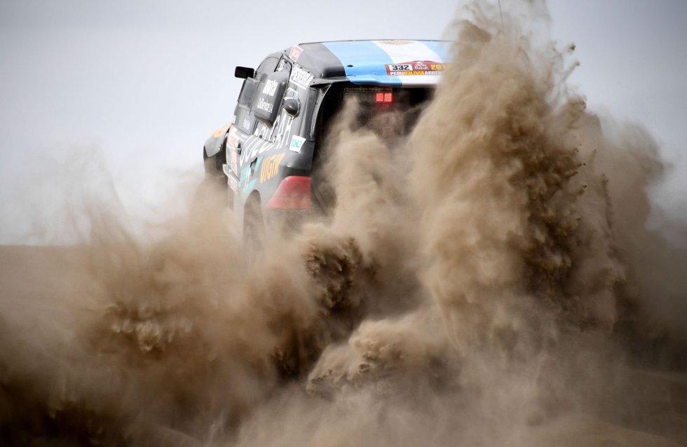 El piloto de Colcar's Racing Team, Juan Manuel Silva y su copiloto,Andrés Young, en su Mercedes durante la segunda etapa del Rally Dakar en Pisco (Perú), el 7 de enero.