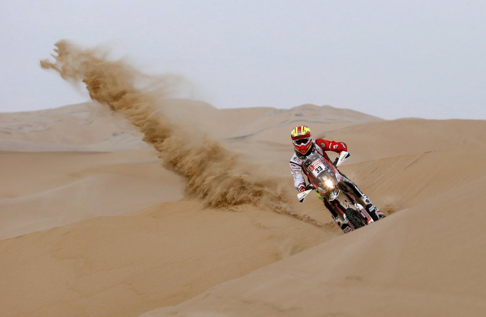 Daniel Nosiglia Jager conduce su moto entre las dunas durante la tercera etapa del Dakar entre Pisco y San Juan de Marcona, el 8 de enero.