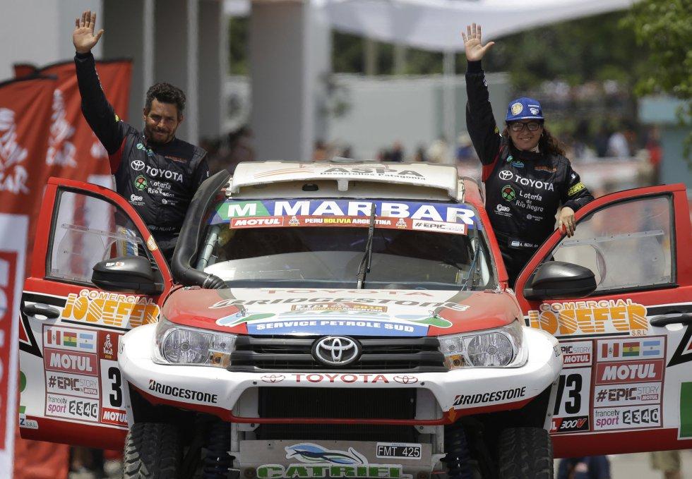 Alicia Reina y Carlos Dante Pelayo, de Toyota, saludan durante la inauguración del Rally Dakar 2018 en Lima (Perú).