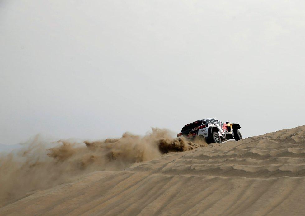Stephane Peterhansel y Jean Paul Cottret en su Peugeot durante la tercera etapa del Dakar, el 8 de enero.