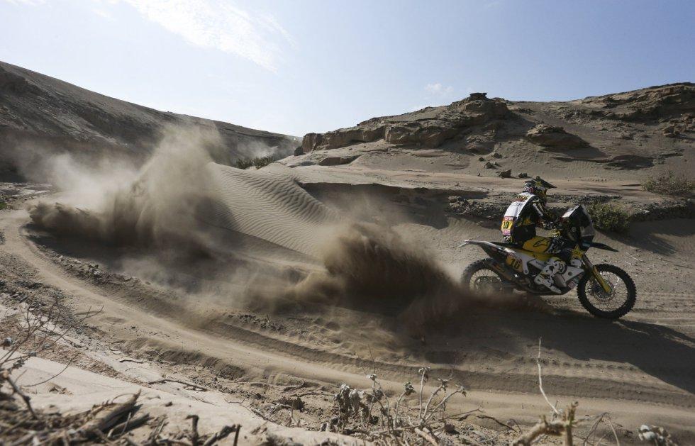 El chileno Pablo Quintanilla de Husqvarna compite en la cuarta etapa del rally Dakar 2018, en San Juan de Marcona (Perú), el 9 de enero de 2018.