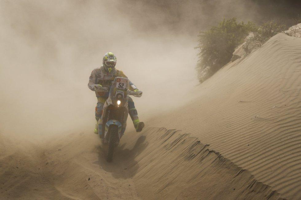 El motociclista italiano Jacopo Cerutti compite en la cuarta etapa del rally Dakar 2018, en San Juan de Marcona (Perú), el 9 de enero de 2018.