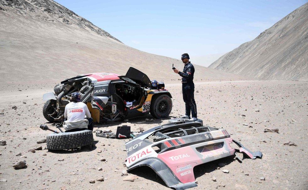 El piloto francés de Peugeot Cyril Despres, derecha, y su copiloto David Castera reaccionan después de un accidente durante la cuarta etapa del Dakar 2018 en San Juan de Marcona (Perú), el 9 de enero de 2018.