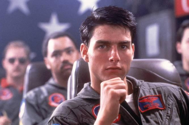 Lo que nos pareció en su momento.  La película que más molaba del mundo. Tom Cruise puso de moda las gafas de aviador (como había puesto de moda las 'way-farer' tres años antes en 'Risky Business') y la amistad masculina demostró que podía ser sensible: aquí nació el 'bromance'.    Lo que es en realidad.  Una película que cambió Hollywood. Su mastodóntico éxito de taquilla demostró que las películas no necesariamente debían ser una historia sino que también podían ser un producto. ¿La marca? Estados Unidos. ¿El ingrediente? Adrenalina. ¿El objetivo? Despertar sensaciones (en absoluto narrativas) de exaltación patriótica, masculinidad hiperbólica pero accesible y ganas de alistarse en el ejército. Y por lo tanto estaba rodada como un anuncio de cerveza, de vaqueros o de gafas de sol. Una euforia contagiosa que oculta que 'Top Gun' no tiene intención de ser una película de verdad porque lo que quiere es vender un concepto. Veremos si la secuela, de estreno en 2019, consigue que lo volvamos a comprar.