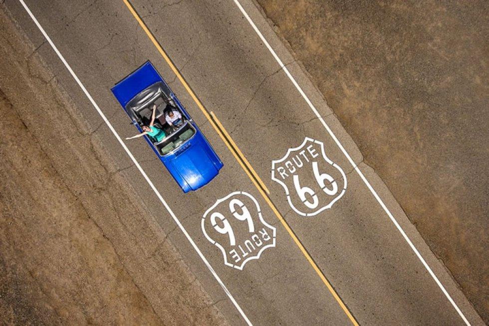 'Cruzando la Ruta 66': una pareja en un clásico Ford Mustang Convertible por la histórica Ruta 66.